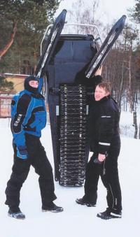 Благодаря гусенице шириной 380 мм снегоход уверенно идет по рыхлому снегу