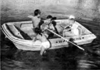 Дети легко могут забраться на борт из воды