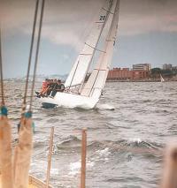 Экипаж борется со свежим ветром