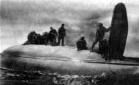 Экипаж на днище яхты