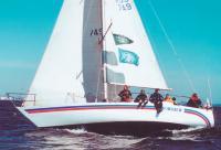 Экипаж откренивает яхту