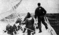 Экипаж яхты работает