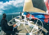 Экипаж яхты устанавливает паруса