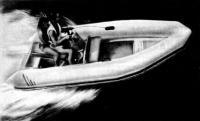 Фото мотолодки на ходу с двумя пассажирами