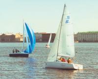 Фото яхт, ловящих слабый ветер