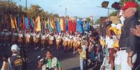 Генеральный промоутер УИМ Мауро Равенна (справа) принимает парад участников