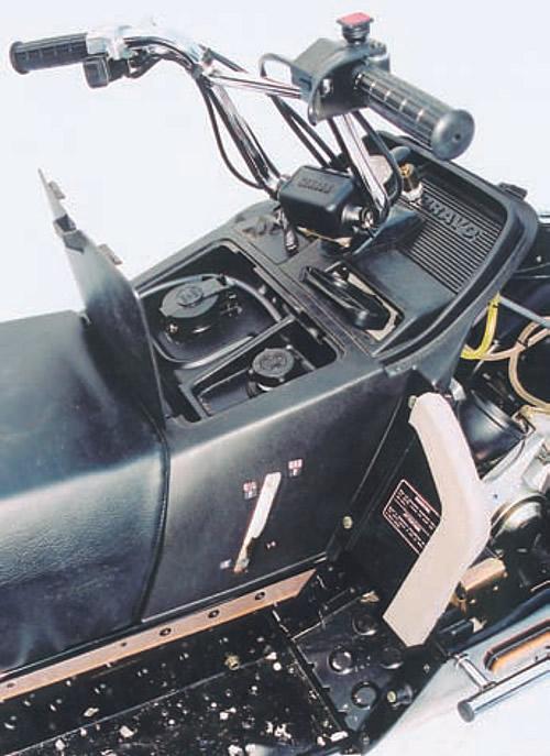 Горловины дополнительного бензобака и масляного бачка под крышкой на панели