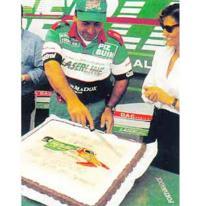 Гвидо Капеллини разрезает торт