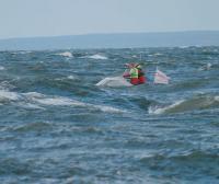 Иногда из-за волн не было видно лодку
