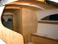 Интерьер судна. Видны полупереборка штурманского стола, диван, гальюн, пенал бушприта