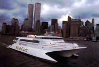 Катамаран-паром «Си Кэт» на фоне Нью-Йорка