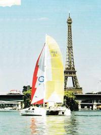 Катамаран возле Эйфелевой башни в Париже