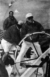Кок за рулем одной из трех яхт своего синдиката во время отборочных гонок защитников