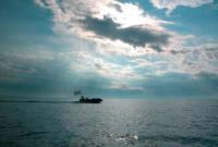 Красивый кадр - вода, облака, солнце и лодка