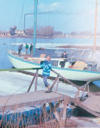 Лед почти сошел - пора яхту привести в порядок