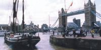 """""""Леди Дафна"""" на фоне моста Тауэр-бридж"""