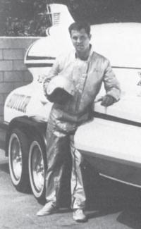"""Ли Тейлор позирует у борта """"Хаслера"""" в день рокового заезда 14 апреля 1964 г."""