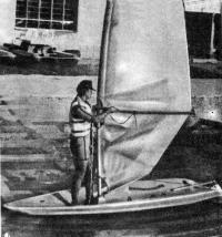 Лодка «Браво-1» с парусом