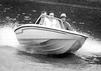 Лодка «Дельта» на ходу с тремя пассажирами