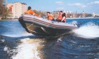 Лодка Фаворит F500A на ходу с полной нагрузкой