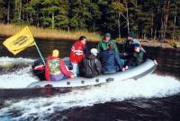 Лодка Фрегат-420 РИБ на ходу с семью человеками