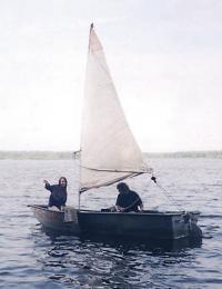 Лодка на ходу с парусом