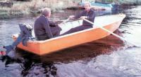 Лодка на воде с двумя пассажирами