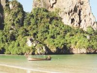 Лодка с мотор-веслом у берега