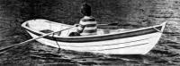 Лодка с веслами на воде