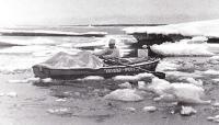 Лодка среди плавающих льдов