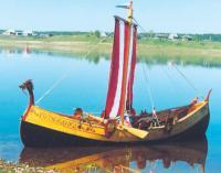 Лодка Устюжанка на воде у берега