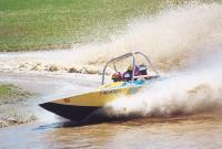 Лодка в повороте поднимает много воды и грязи в воздух