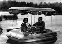 Лодка «Витязь» с тентом на воде