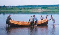 Лодка впервые коснулась воды. Река Сухона. 18 июля 2001 г.