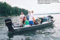 Лодка явно перегружена, но спасательные жилеты были надеты