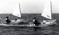 Лодка замедляется на наветренном склоне волны