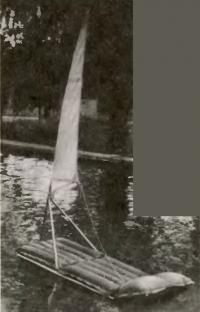 Матрац с парусом на воде