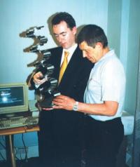 Майк Нестор и Слава Кавченко читают гравировку с именем Евгения Смургиса