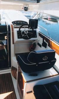 """Место водителя катера """"Aquador 23 HT"""""""