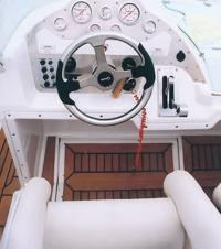 """Место водителя катера """"Hydrolift S24"""""""