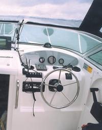 """Место водителя катера """"Karnic-2250"""""""