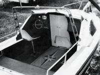 """Место водителя в катере """"Даль-580"""""""