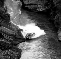 Мотолодка маневрирует на узкой речке