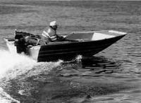 Мотолодка «Мастер-410» с одним человеком на ходу