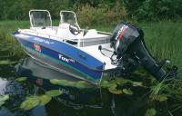 """Мотолодка """"Silver Fox"""" на воде с поднятым мотором"""