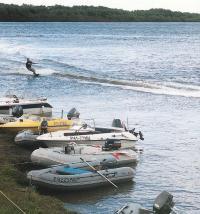 Мотолодки у берега ждут свою очередь