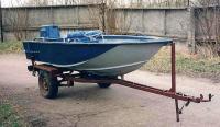 Моторная лодка на трейлере