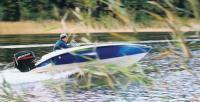 Моторная лодка с мотором Mercury на ходу