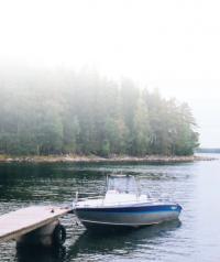 Моторная лодка у причала