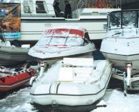 Моторные лодки припорошены снегом